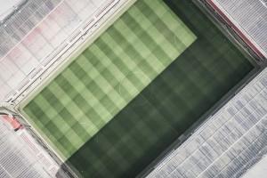 Hier ist ein Fussballstadion aus der Vogelperspektive zu sehen.